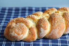 Artisanaal gevlecht brood met sesamzaden stock afbeelding