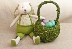 Artisanaal, gevuld Pasen-konijntje en blauw, de mand van glaspasen, vuller met kleurrijk, Pasen, suikergoed stock afbeelding