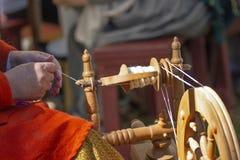 Artisanaal maakt garen met spinnewiel royalty-vrije stock afbeeldingen