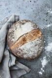 Artisanaal rustiek eigengemaakt brood royalty-vrije stock foto