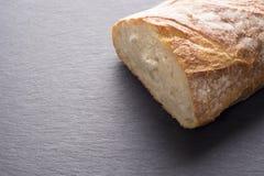Artisanaal traditioneel brood op donkere lei stock foto's