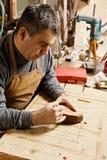 Artisanaal in workshop die op staaf trekt stock afbeelding