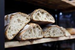Artisanaal zuurdesembrood op de houten plank stock afbeeldingen