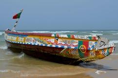 Artisanal пирога рыбацкой лодки в пляже Kayar/Cayar, к северу от Дакара Стоковая Фотография
