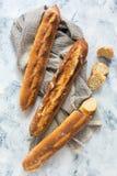 Artisanal свеже испеченные багеты и отрезанный отрезанный багет Стоковые Фото