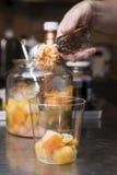 Artisanal förberedelse för italiensk glass Arkivbild