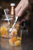 Artisanal förberedelse för italiensk glass Arkivfoto