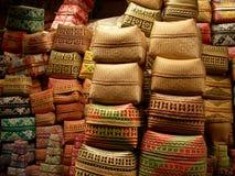 Artisanal och colorfull keben, dekorerade erbjudande korgar i en marknad nära Ubud, bali royaltyfri fotografi