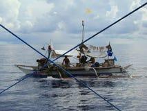 Artisanal tuńczyka żółtopłetwowy tuńczyka rybołówstwo w Filipiny prowadzi przy porą nocną, w pobliżu payaos artisanal dziwactw fotografia stock