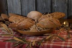 Artisanale broden in een mand met houten achtergrond royalty-vrije stock afbeeldingen