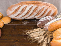 Artisanale broodbroden en tarwestelen Stock Afbeelding