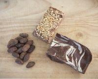 Artisanale chocolade en cacaobonen stock afbeelding