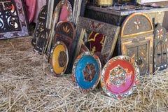 Artisanat arabe de boutique, miroirs avec les cadres en bois main-découpés Photographie stock libre de droits