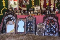 Artisanat arabe, miroirs avec les cadres en bois main-découpés avec Photo stock