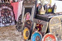 Artisanat arabe, miroirs avec les cadres en bois main-découpés avec Image stock