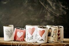 Artisanat d'amour et de mariage sur des boîtes en métal Images libres de droits