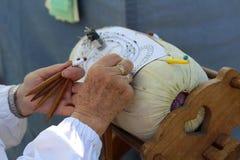 Artisanat traditionnel - artisan qualifié faisant la dentelle de bobine Photographie stock libre de droits