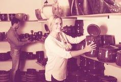 Artisans που έχει την κεραμική στα χέρια Στοκ εικόνες με δικαίωμα ελεύθερης χρήσης
