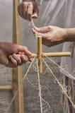 Βιοτέχνης που εργάζεται με το σχοινί και τον κάλαμο Στοκ Φωτογραφίες