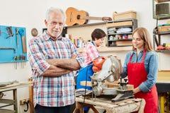 Artisans που λειτουργεί στο κατάστημα βιοτεχνών ` s Στοκ εικόνες με δικαίωμα ελεύθερης χρήσης