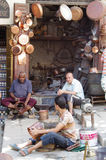 Artisans στις οδούς της λεπτής αγγειοπλαστικής του Fez prduces Στοκ Εικόνες