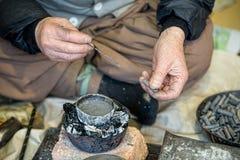 Artisans de cuivre traditionnels de production de tabac de tuyau de la Corée images stock