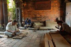 Artisans faisant des ornements pour construire dans la ville de Bhaktapur, Népal photos libres de droits
