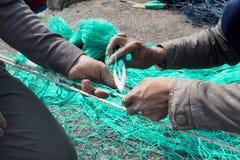 Artisans faisant un filet de poissons, Da Nang photo stock