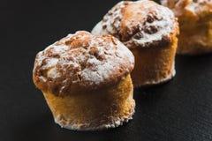 artisans muffins στο μαύρο υπόβαθρο Στοκ εικόνα με δικαίωμα ελεύθερης χρήσης