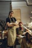 Artisans sûrs dans l'atelier image libre de droits