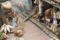 Artisans vietnamiens faisant les produits en bambou de travail manuel image libre de droits