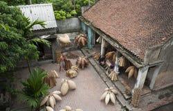 Artisans vietnamiens faisant les produits en bambou de travail manuel images stock