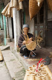 Artisans vietnamiens faisant les produits en bambou de travail manuel photos libres de droits