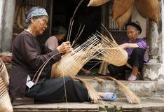 Artisans vietnamiens faisant les produits en bambou de travail manuel photographie stock libre de droits