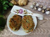 Artishok-Nessel-Kartoffelpfannkuchen mit Wachteleiern Lizenzfreie Stockbilder