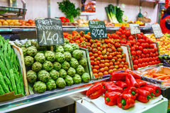 Artishoke, feijões verdes e tomate, paprika das pimentas vermelhas Mercado Mercat de la Boqueria da cidade Fotos de Stock