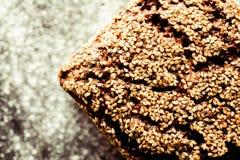 Artisinal ψωμί σιταριού που ολοκληρώνεται ολόκληρο από τους σπόρους σουσαμιού Στοκ εικόνα με δικαίωμα ελεύθερης χρήσης