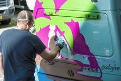 Artisit bezig met de borstel van de graffitiverf royalty-vrije stock afbeeldingen