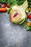 Artisjok en groenteningrediënten voor het koken op grijze rustieke achtergrond, hoogste mening Vegetariër en natuurlijke voedingc Royalty-vrije Stock Foto's