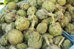 Artisjokken bij Mediterraan greengrocery, Stock Fotografie