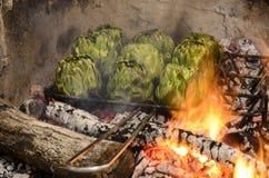 Artisjokken die in de barbecue worden geroosterd Royalty-vrije Stock Afbeeldingen
