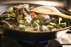 Artisjokken in een pan worden gekookt die Stock Foto's