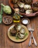 Artisjokken, olijfolie en kruiden stock afbeelding