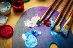Artist& x27 εργαστήριο του s Easel με τις βούρτσες και τους σωλήνες του χρώματος διανυσματική απεικόνιση