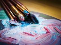 Artist& x27 ; atelier de s Chevalet avec des brosses et des tubes de peinture Illustration de Vecteur