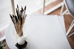 Artist& créatif x27 ; espace de travail de s, pinceaux artistiques et papier Photos libres de droits