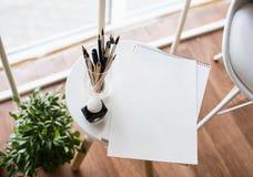 Artist& créatif x27 ; espace de travail de s, pinceaux artistiques et papier Image stock