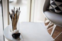 Artist& créatif x27 ; espace de travail de s, pinceaux artistiques et papier Photo libre de droits