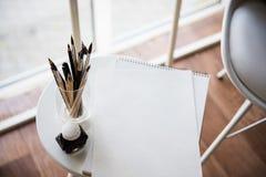 Artist& créatif x27 ; espace de travail de s, pinceaux artistiques et papier Photographie stock