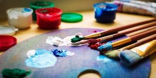 Artist& x27; s warsztat Sztaluga z muśnięciami i tubkami farba Zdjęcia Royalty Free